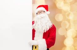 Homem no traje de Papai Noel com quadro de avisos Fotografia de Stock Royalty Free