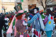Homem no traje do chapeleiro do conto de fadas Alice no país das maravilhas foto de stock royalty free