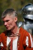 Homem no traje histórico A silhueta da armadura do cavaleiro é vista no fundo Fotos de Stock Royalty Free