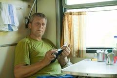 Homem no trem do dorminhoco Fotografia de Stock