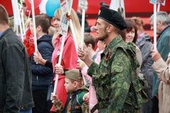 Homem no uniforme da camuflagem e em uma boina preta Participantes do regimento imortal do março Fotos de Stock