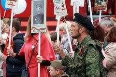 Homem no uniforme da camuflagem e em uma boina preta Participantes do regimento imortal do março Fotografia de Stock