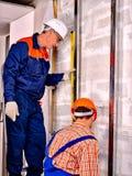 Homem no uniforme do construtor Imagem de Stock