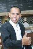 Homem no uniforme do empregado de mesa no trabalho Imagens de Stock