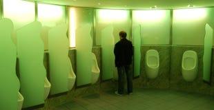 Homem no Urinal Fotografia de Stock
