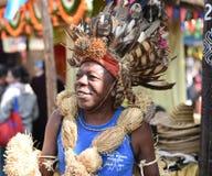 Homem no vestido tribal africano tradicional, apreciando a feira