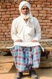 Homem no vestuário tradicional na vila indiana