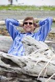 Homem nos anos quarenta que inclinam-se contra a praia do início de uma sessão Foto de Stock