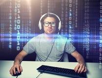 Homem nos auriculares que cortam o computador ou a programação fotos de stock