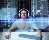 Homem nos auriculares que cortam o computador ou a programação foto de stock royalty free