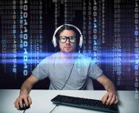 Homem nos auriculares que cortam o computador ou a programação imagens de stock royalty free
