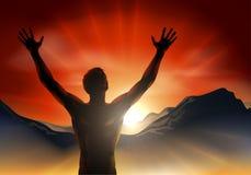Homem nos braços da silhueta aumentados na montanha Fotos de Stock Royalty Free