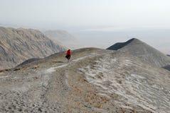 Homem nos montes cobertos por cinzas vulcânicas, grande Rift Valley do Masai, Tanzânia, África oriental Foto de Stock Royalty Free