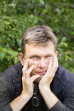 Homem nos pensamentos Fotos de Stock Royalty Free