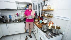 Homem nos pratos de lavagem da cozinha fotos de stock royalty free