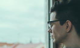 Homem nos vidros fotografia de stock