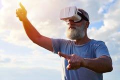 Homem nos vidros 3D, céu azul Imagens de Stock