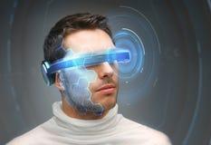 Homem nos vidros 3d com holograma virtual Fotografia de Stock