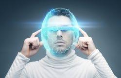 Homem nos vidros 3d e no capacete virtual Fotos de Stock Royalty Free