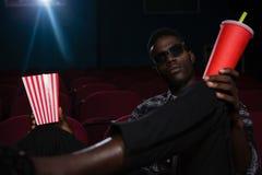 Homem nos vidros 3d que olha o filme Foto de Stock Royalty Free