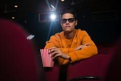 Homem nos vidros 3d que olha o filme Imagem de Stock