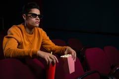 Homem nos vidros 3d que olha o filme Fotografia de Stock Royalty Free