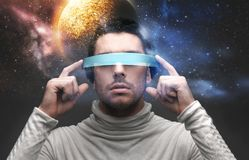 Homem nos vidros 3d sobre o fundo do espaço Fotos de Stock