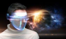 Homem nos vidros 3d sobre o planeta e o espaço Imagens de Stock