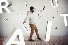 Homem nos vidros da realidade virtual cercados voando letras Fotos de Stock