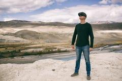Homem nos vidros da realidade virtual na perspectiva da natureza fotografia de stock