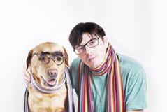 Homem nos vidros e no cão nos vidros Fotografia de Stock