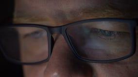 Homem nos vidros e no computador video estoque