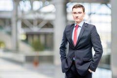 Homem nos vidros e no terno de negócio 25 anos de idade Imagens de Stock Royalty Free