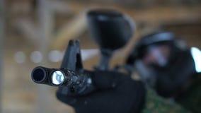 Homem nos vidros seguros que disparam com marcador vídeos de arquivo