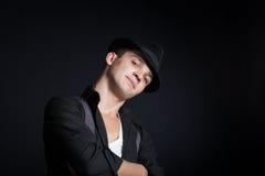 Homem novo à moda que veste um chapéu Imagens de Stock Royalty Free