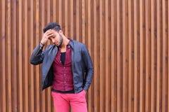 Homem novo árabe atrativo, estudante Feels Headache, com cabeça a foto de stock royalty free