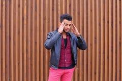Homem novo árabe atrativo, estudante Feels Headache, com cabeça a fotografia de stock royalty free