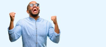 Homem novo africano isolado sobre o fundo branco imagem de stock royalty free