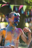 Homem novo alegre com vidros no pó azul Imagens de Stock