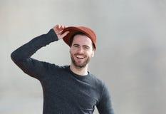 Homem novo alegre que ri com chapéu fotos de stock royalty free
