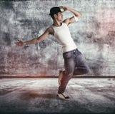 Homem novo anca que faz uma rotina da dança Fotografia de Stock
