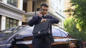 Homem novo ansioso que fala no telefone com contratante, realização má do contrato video estoque
