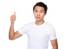 Homem novo asiático com o polegar acima do gesto Foto de Stock Royalty Free
