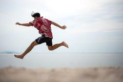 Homem novo atlético que aprecia o verão fotografia de stock