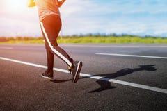 Homem novo atlético que corre na natureza Estilo de vida saudável imagem de stock