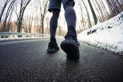 Homem novo atlético que corre na natureza Estilo de vida saudável - bu Fotos de Stock Royalty Free