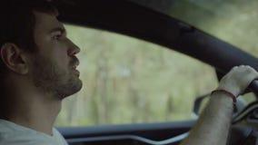 Homem novo atrás da roda do carro vídeos de arquivo