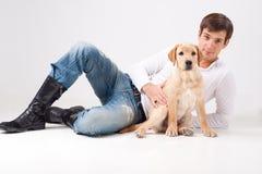 Homem novo atrativo com cão fotografia de stock royalty free