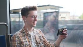 Homem novo atrativo feliz que tem um bate-papo video filme