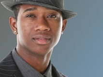 Homem novo atrativo no terno e no chapéu das riscas Fotografia de Stock